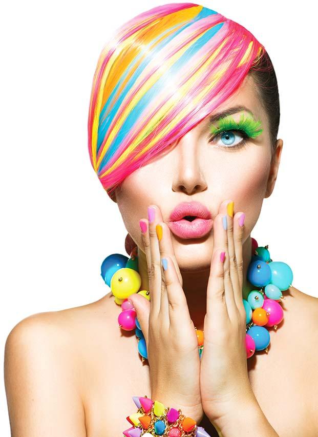 fotografia di ragazza con unghia colorate
