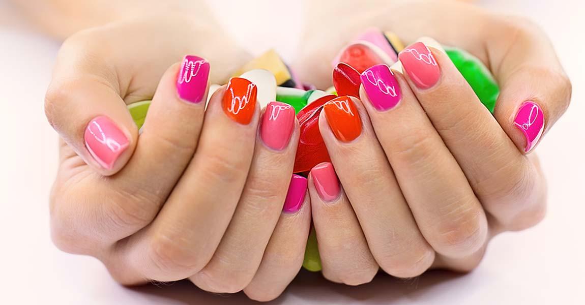 immagine di mani con unghia colorate
