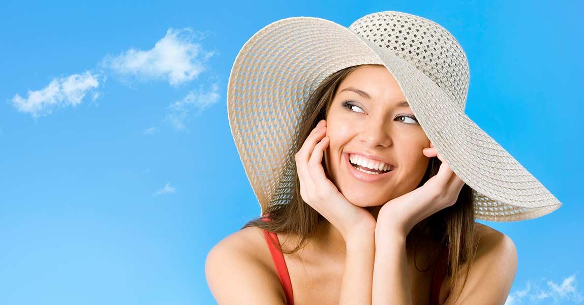 fotografia di giovane donna con sorriso luminoso